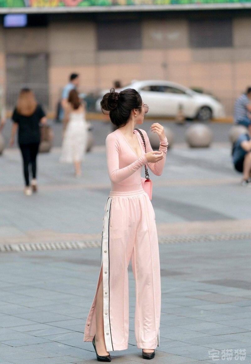 街拍:小姐姐穿粉色紧身衣远看让人脸红,近看脸更红了