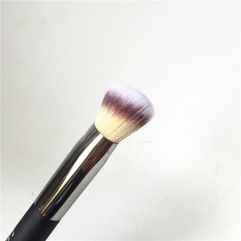 IT COSMETICS Angled Radiance Brush #10 _3