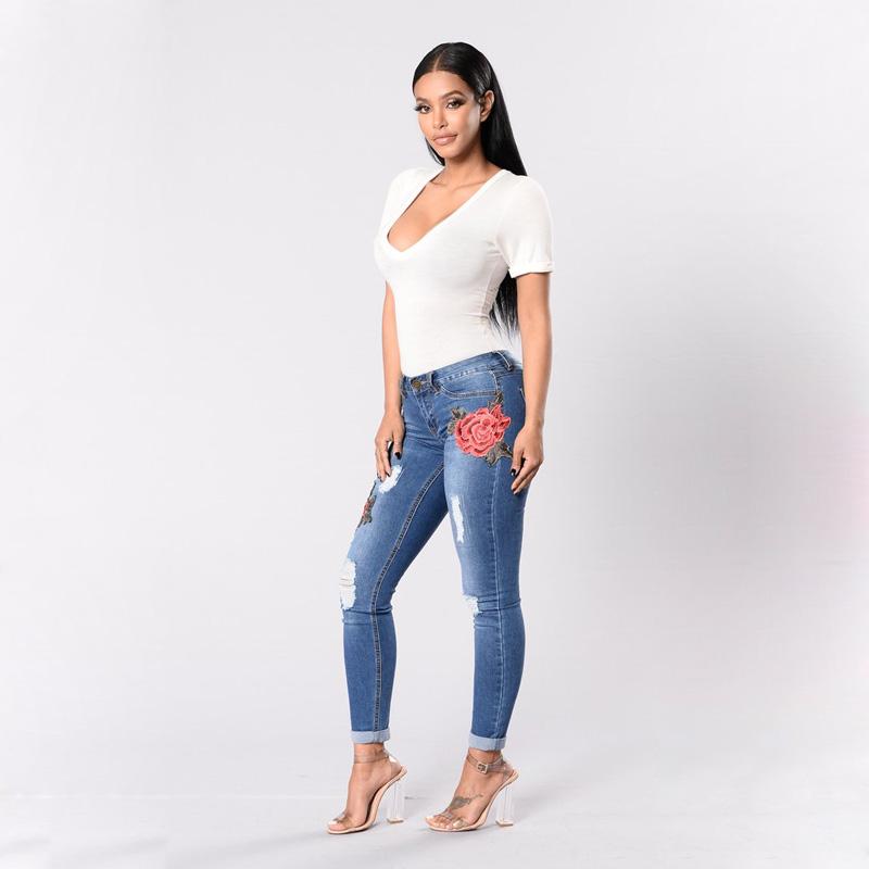 женские джинсы с апликацией фото