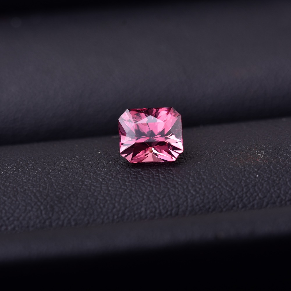Pink spinel weighs 1.8 CT, specifications: 7.1mm * 6.1mm * 5.3mm. It's the most charming gem in the world.