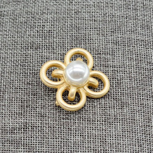 The new 2017 Europe and the United States Matte gold Alloy hollow cross inlay Imitation pearl brooches corsage pin