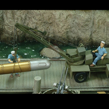 Free Shipping 1/35 Scale Unpainted Resin Figure WWII US Submarine Soldiers Loading ( just 2 figures )