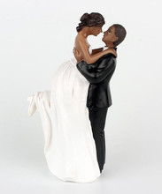 Hot Sale New Bride Groom Embraced Wedding Props Cake Topper Home Decor High Grade Resin Figurine Craft Gift Party Cake Stand