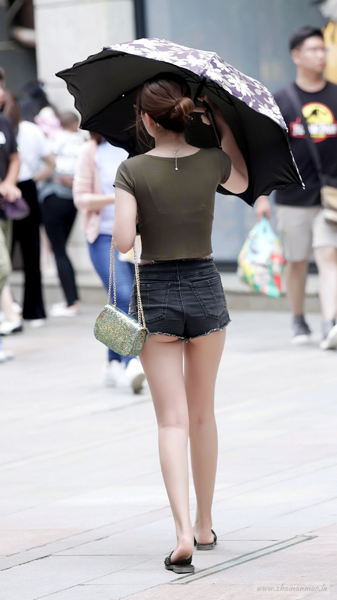街拍:皮肤白皙的长腿小姐姐!