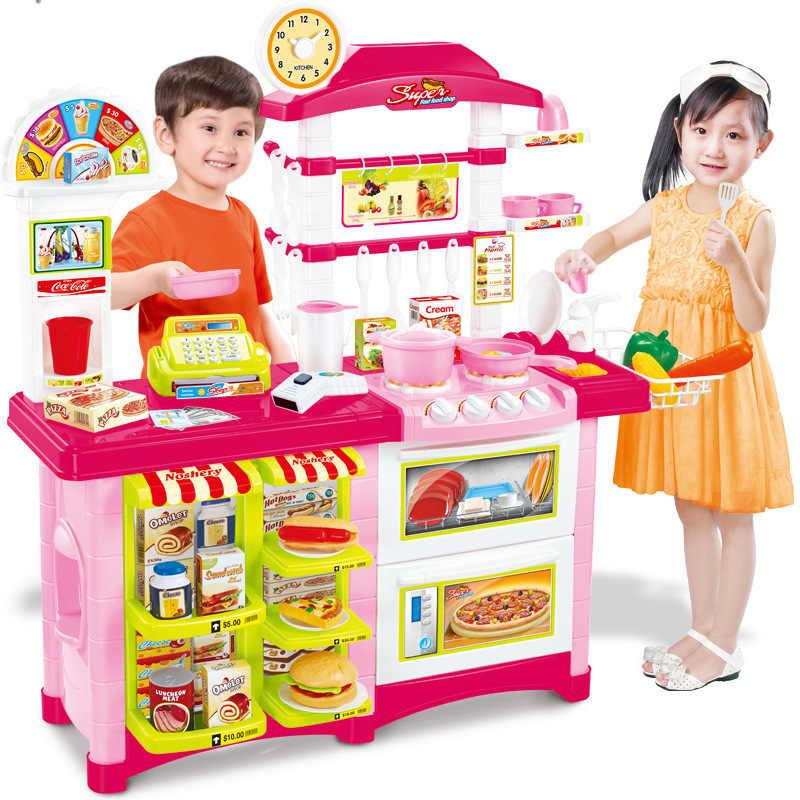 Девушка играет с предметами два