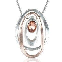 Женское золотистое колье с кристаллическим кулоном