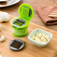 1PC Practical Garlic Chopper Plastic Stainless Steel Garlic Press Multi Functional Ginger Mashing Machine Kitchen Tools
