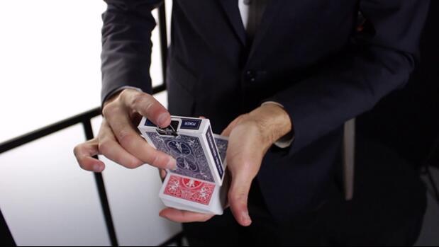 Spielkarte an Krawatte vom Zuschauer frei gewählte Karte Zaubertrick.