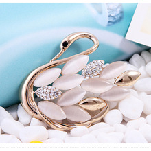 Breaking the money selling cat's eye swan -studded brooch accessories scarf deduction pin wedding bride corsage H1113(China)
