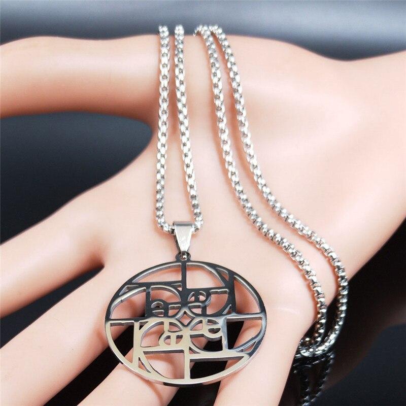 Image collier avec pendentif ratio médiéval en argent présenté sur un mannequin