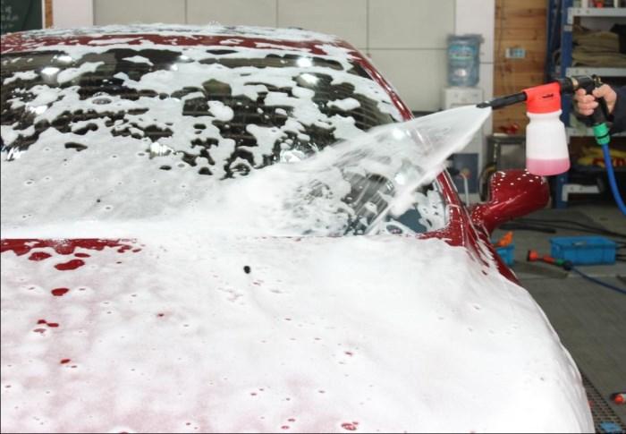 car_wash_foam_sprayer_gun_spraying_foam
