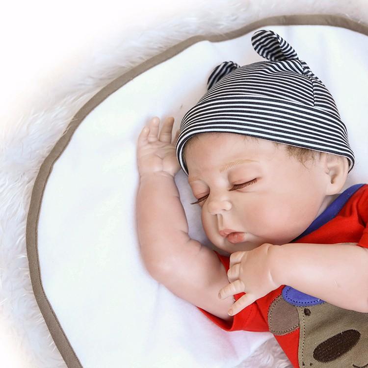 Triibulise mütsiga nukubeebi
