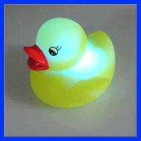 бесплатная доставка милый ребенок душ резиновая утка игрушка-желтый утка тела индукции выключатель света, авто-изменение цвет 120043