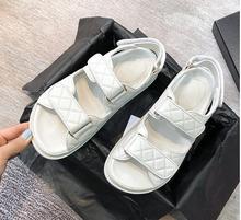 2021 nowy luksusowy projektant buty i sandały INS gorącym stylu skóry z wystającym palcem rzep kapcie plażowe CC dekoracyjne Casual mieszkania tanie tanio CINESSD PRAWDZIWA SKÓRA Kożuch CN (pochodzenie) Niska (1 cm-3 cm) Na co dzień GLADIATORKI Płaskie z Skóra bydlęca