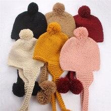 Chapéu quente bonito da malha do inverno da cor sólida 2-5years com earflap e pompons para meninos e meninas 46-51cm