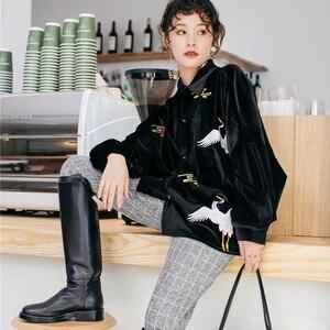 Image 3 - LANMREM Solid Color haftowane żuraw z długim rękawem Lapel Suede luźne Plus koszula damska słodkie proste moda 2020 wiosna NewTV551