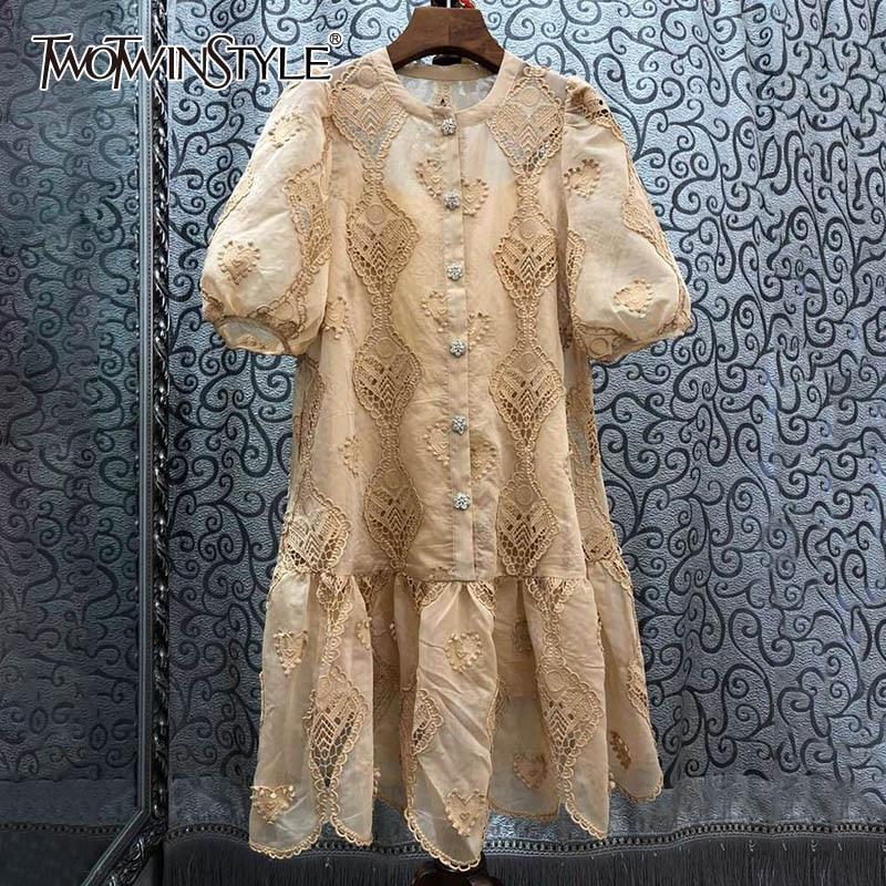 TWOTWINSTYLE Elegante Aushöhlen Kleider Weibliche O Neck Laterne Kurzarm Hohe Taille Rüschen Mini Sommer Kleid Frauen Mode Neue