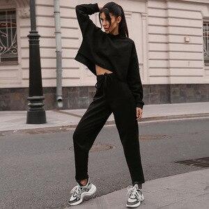 Image 2 - נשים שחור Loose אימונית יבול למעלה הרמון מכנסיים התאמת חליפת אופנה סתיו מזדמן נקבה ארוך שרוול סווטשירט 2 סט חתיכה