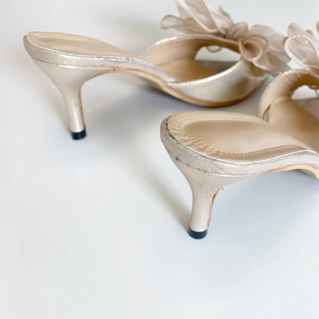 Francine cekinkowa kokardka muły ma ponadgabarytową i górną wykończoną miękką połyskującą sukienkę w kolorze szampana klapki na obcasie