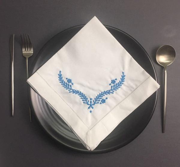 Juego de 12 servilletas interiores de moda servilleta de mesa de lino con dobladillo blanco con bordado Floral de Color azul de 18x18 pulgadas