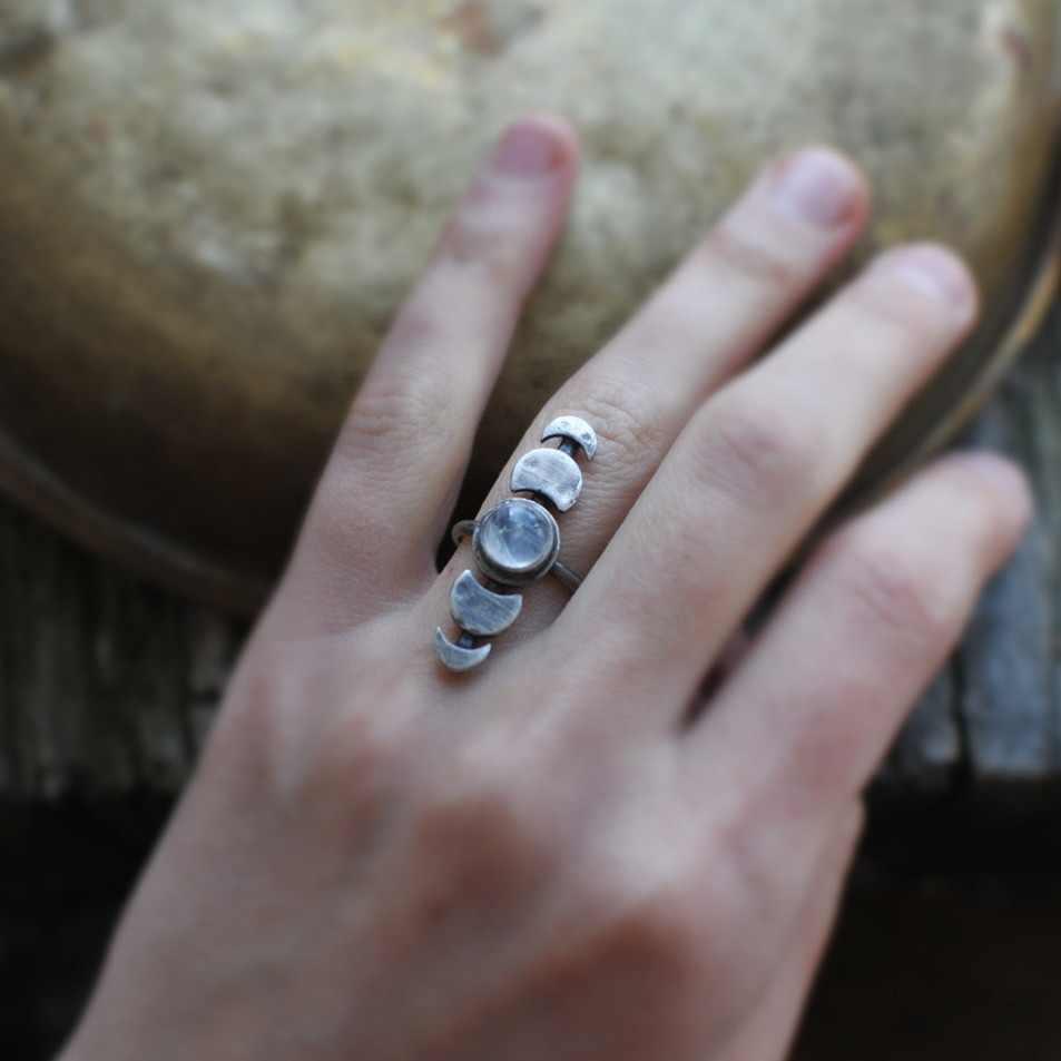 Nova moda thai jóias de prata simples retro redondo moonstone anel pequeno fresco lua mudança lacuna alimentos completos anel de aço inoxidável