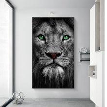 Холст с черно белыми зелеными глазами и львом художественные