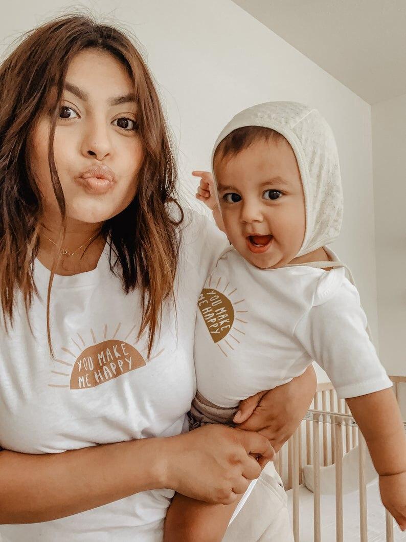 Вы делаете меня счастливой; Одежда «Мама и я»; Одинаковая одежда для мам и младенцев рубашка защита от солнца в комплекте, комплект для мальч...