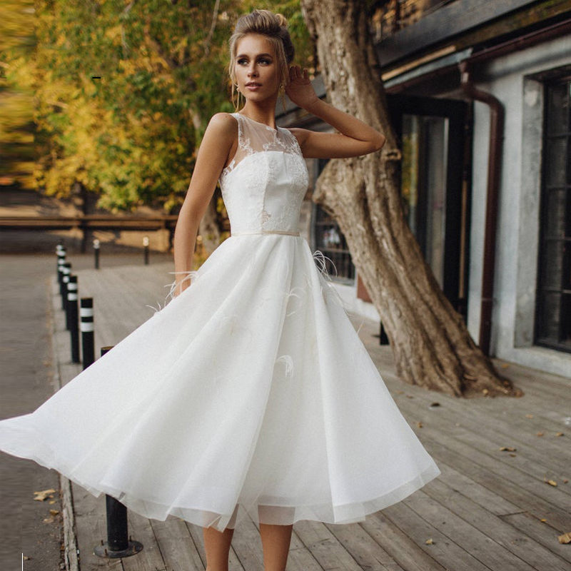Romantic A Line Short Wedding Dresses Lace Appliques Bride Dress Tulle With Feathers Tea Length Customize Wedding Gowns