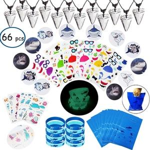 Image 1 - 66pcs shark verjaardag feestartikelen voor kids Gift bags Haai armbanden Badge Tanden Ketting Stickers Onder De Zee Party levert