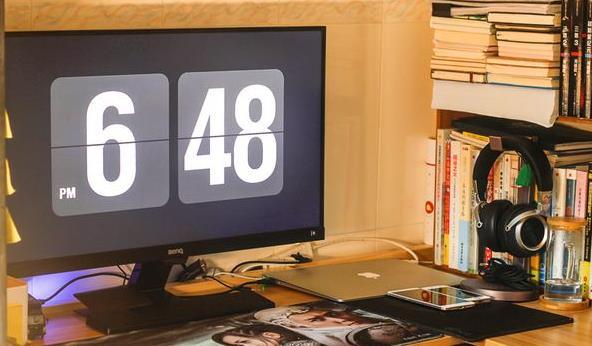 玩游戏的时候切换回桌面时显示器会变亮,为什么?