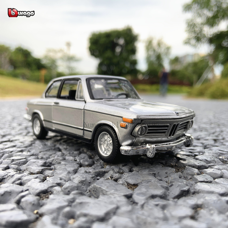Bburago 1:32 1972 BMW 2002 tii Simulation alloy car model plexiglass dustproof display base packaging series Collect gifts toy