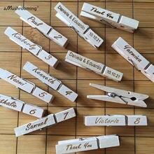 Cartões rústicos feitos sob encomenda do lugar do casamento os nomes personalizados colocam ajustes de madeira clothespins com decoração da festa de casamento do nome de convidado