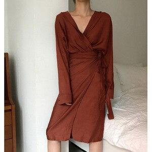 Image 4 - [EAM] 2020 New Spring Autumn V Neck Long Sleeve Waist Bandage Loose Big Size Temperament Dress Women Fashion Tide JU356