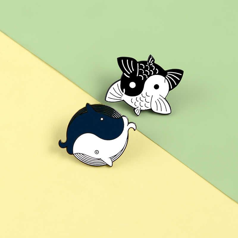 Lucu Yin Yang Taichi Ikan Koi Ikan Mas Ikan Paus Pin Enamel Bros Hitam Putih Keseimbangan Hewan Ikan Keras Kerah Lencana Bros pin