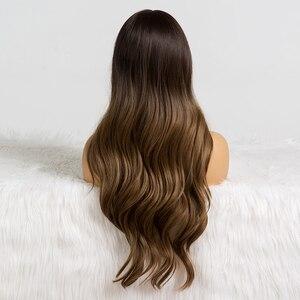 Image 2 - Perruques synthétiques longues et ondulées avec frange, coiffures naturelles ombré brunes pour femmes de teint noir, perruques de Cosplay africaines et américaines résistantes à la chaleur