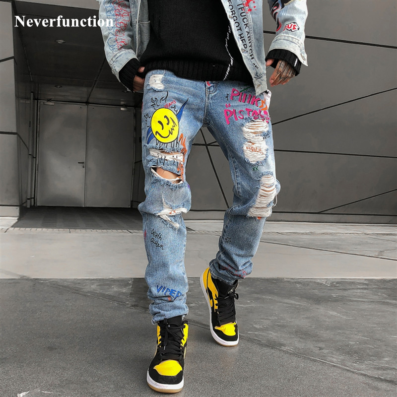 2019 Men Ripped Street Graffiti Printed Beggar Jeans Hipster Hip Hop Knee Holes Distressed Loose Cotton Casual Denim Trousers