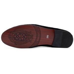 Мужские замшевые Мягкие Мокасины, украшенные вышивкой, на плоской подошве, без шнуровки, формальные мужские бархатные лоферы, модельные туфли, размер 6-13, chaussure homme