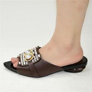 Image 2 - Nouvelle mode chaussure de luxe femmes Designers nigérians pompes de fête mariage talons bas grande taille dames sandales avec des talons sans lacet chaussures