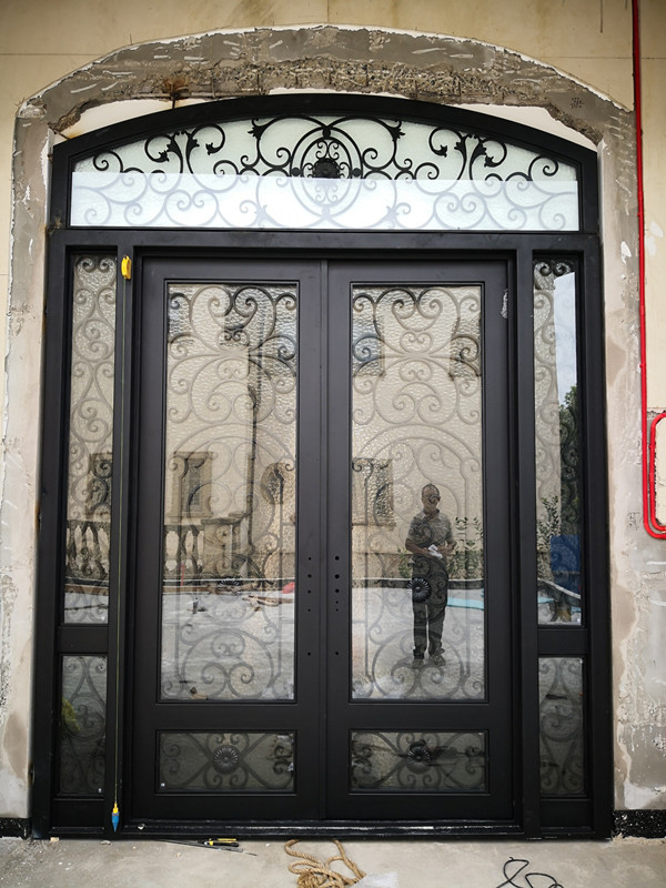 China Beautiful Painted Wrought Iron Grilles Design For Front Doors