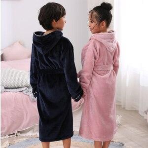 Image 2 - Новое поступление, зимний банный халат для детей, фланелевый Теплый удлиненный халат, утепленный Халат с капюшоном для девочек и мальчиков, бархатные пижамы кораллового цвета