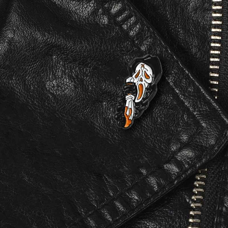 Çığlık iskelet siyah elbise hayalet broş emaye Pin korku bıçak tutma ölüm gotik rozeti Denim gömlek Pin cadılar bayramı takı