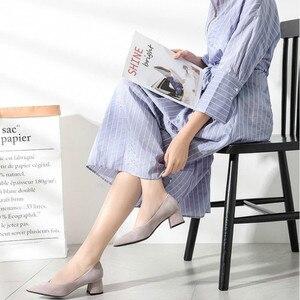 Image 2 - 女性の靴 2020 スリップスクエアハイヒールフロックポイント低ハイヒール女性の靴オフィスの女性の女性パンプス 2020 秋