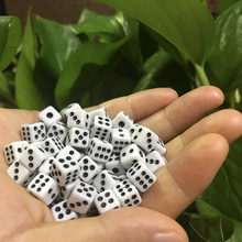 50 Pz/lotto Taglia 8 millimetri di Plastica Bianco Gaming Dadi Standard Six Sided Decisore Feste di Compleanno Gioco Da Tavolo Gioco di Trasporto di Goccia