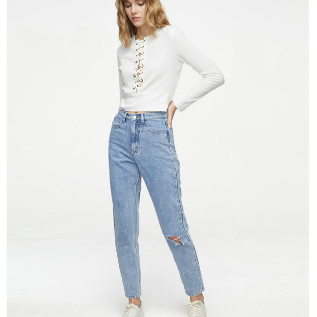 Cropped Jeans with one knee ripped