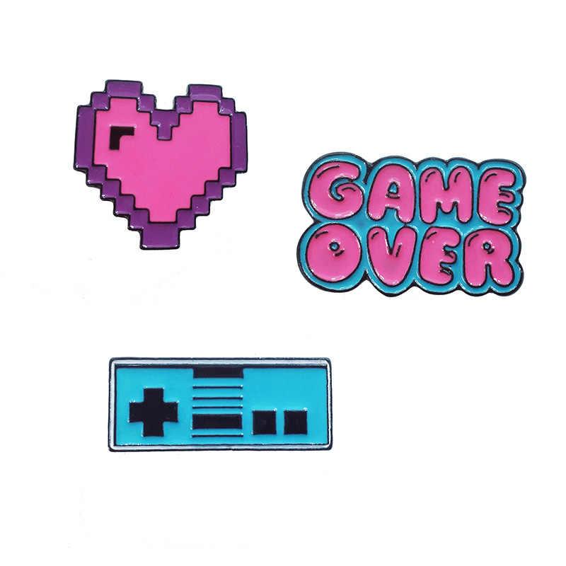 Insignias de dibujos animados juego de cartas sobre videojuego broches para mujeres creativo Gamepad corazón pixelado esmalte Pin joyería Ropa Accesorios