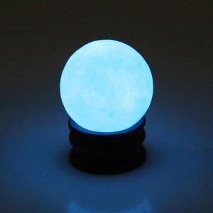 35MM piedra brillante azul luminoso cristal de cuarzo esfera bola brillan en la piedra oscura decoración del hogar piedras luminosas