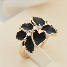 цена на 2019 New Hotting Sale Jewelry Ring With Rose Gold Color Austrian Crystal Black Enamel Flower Wedding Rings For Women Female Gift