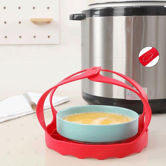Photo du cuiseur oeuf dur en silicone avec les poignées attachées sur un plan de travail de cuisine.