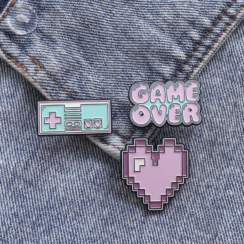 Roze mooie Game Emaille Pin Zak Badge Hart Game over Broches Kleding Revers pin Custom Cartoon Retro Vintage Sieraden Gift