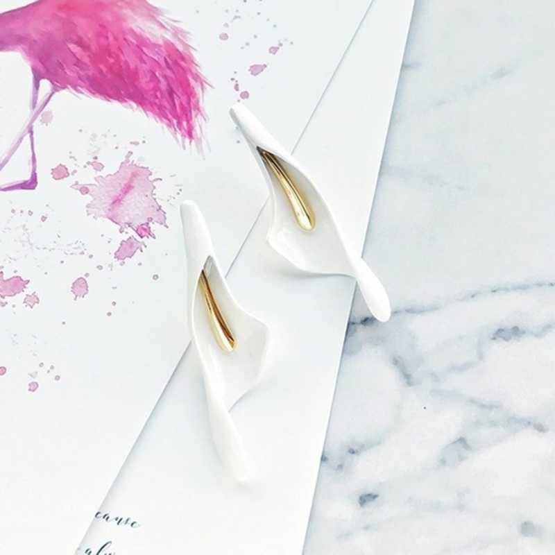 คลาสสิกสีขาวเซรามิคเทียม Calla Lily ดอกไม้ต่างหูแฟชั่นเจ้าสาวแต่งงานสไตล์เครื่องประดับสำหรับผู้หญิงของขวัญ